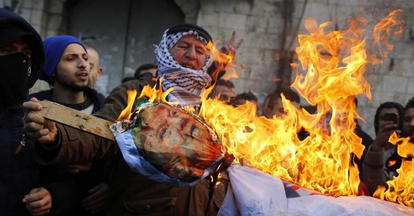 Palestinesi bruciano foto di Trump a Gerusalemme